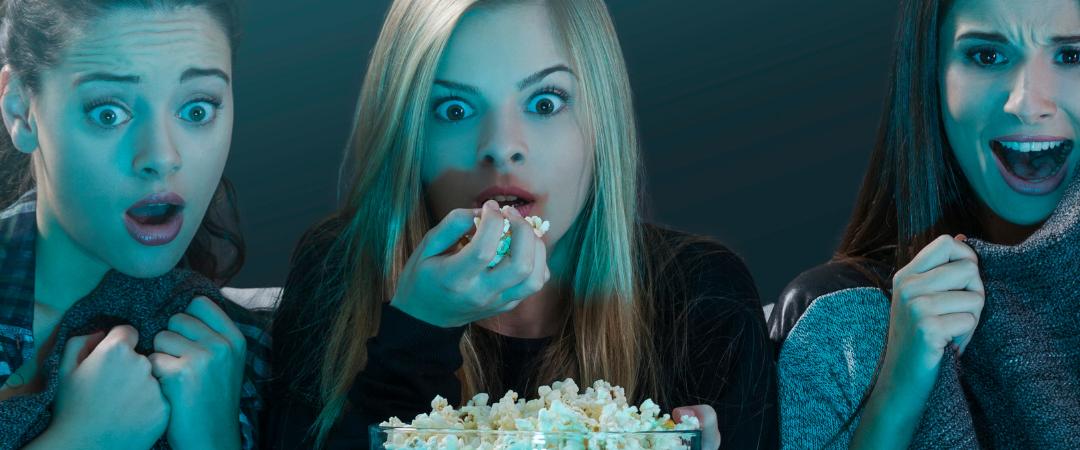 três mulheres comendo pipoca e assistindo séries séries para profissionais da saúide